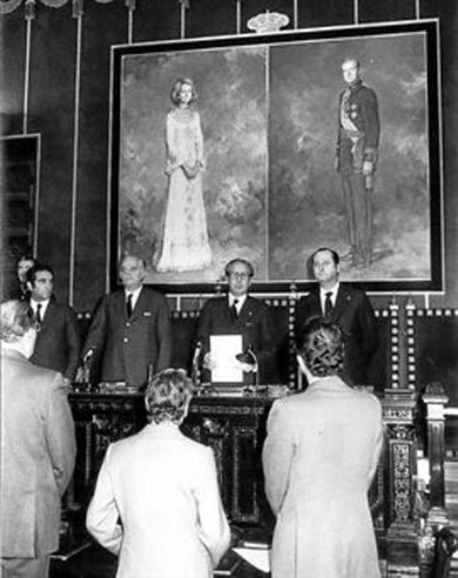 EL CAMBIAZO Dos fotos del Salón Dorado del Palau de la Generalitat (hoy reconvertido en Sala Tàpies) tomadas en noviembre de 1975. El antes y el después del 20-N se hizo en tiempo récord.
