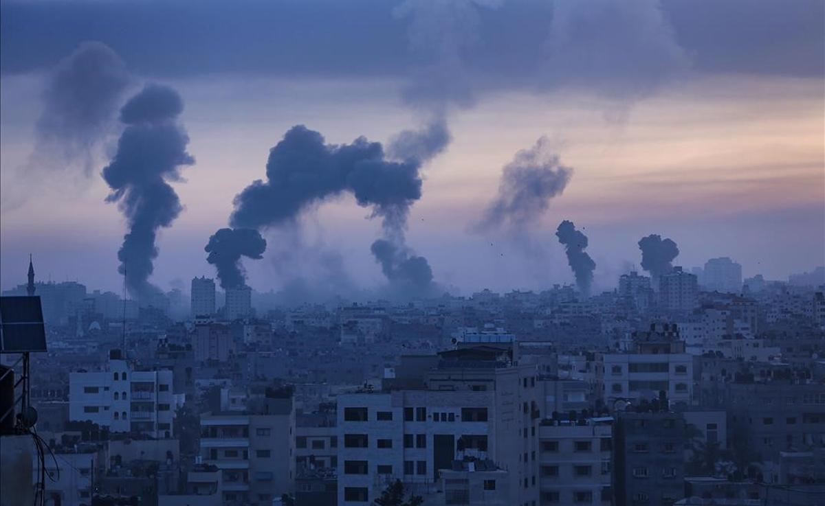 Humo y llamas tras un ataque aéreo israelí en Gaza, el pasado 12 de mayo de 2021