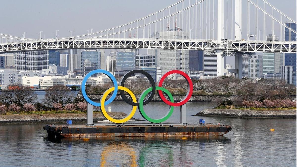 Los cinco anillos olímpicos lucen en el centro de Tokio.