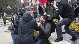 Varios franquistas agreden al activista sintecho Lagarder en la concentración del 20-N en Madrid.