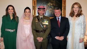 Foto de enero del 2012, día de la boda del príncipe Hamza, que aparece vestido de militar junto a su mujer, la princesa Basna, y la reina Rania (izquierda) y el rey Abdalá II y la reina Nur (derecha).