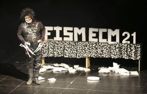 El presentador Roberto Vara en su particular homenaje a Tim Burton, durante la Gala de Apertura.