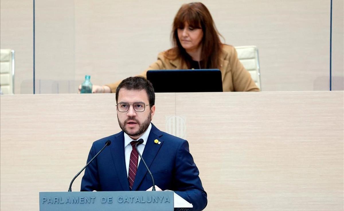Aragonès inicia el debate pidiendo hacer inevitable amnistía y referéndum. En la foto, Aragonès durante su discurso y, detrás, Laura Borràs.