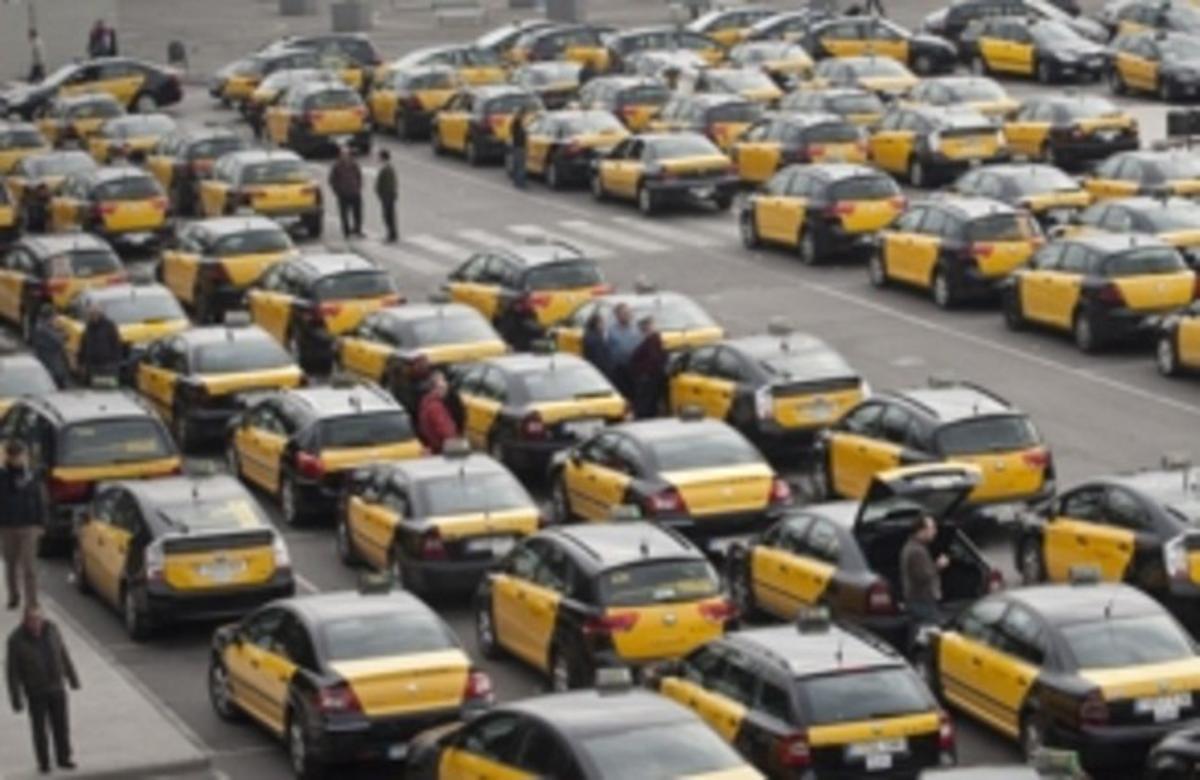 Colas de taxis en la parada de la estación de Sants de Barcelona, el pasado enero.