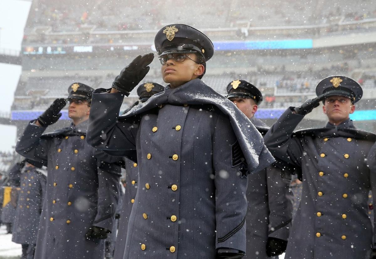 Simone Askew liderando el desfile previo del tradicional partido entre el Ejército de Tierra y la Armada.