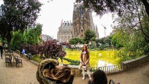 Turistas, muy pocos, en el entorno de la Sagrada Família, el pasado abril.