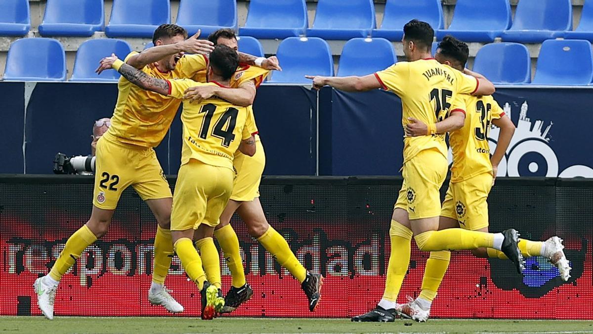 Los jugadores del Girona acuden a felicitar a Santi Bueno tras anotar el 0-1.