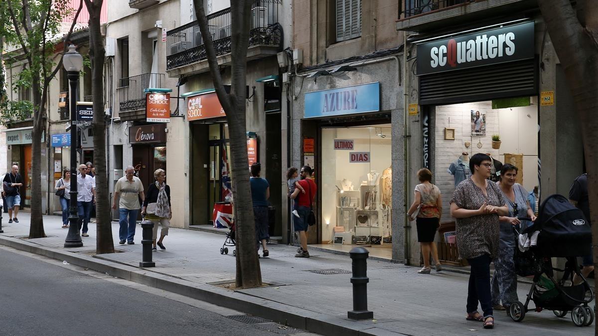 Comercios de barrio en el eje de Sant Andreu, en Barcelona.