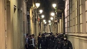 Agentes de los Mossos y la Guardia Urbana de Barcelona, en la calle Còdols de Barcelona, este martes.