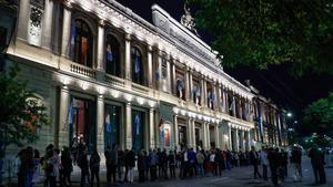 Cola para acceder al Teatro San Martín, en Córdoba, para asistir al Congreso de la Lengua Española, este jueves.
