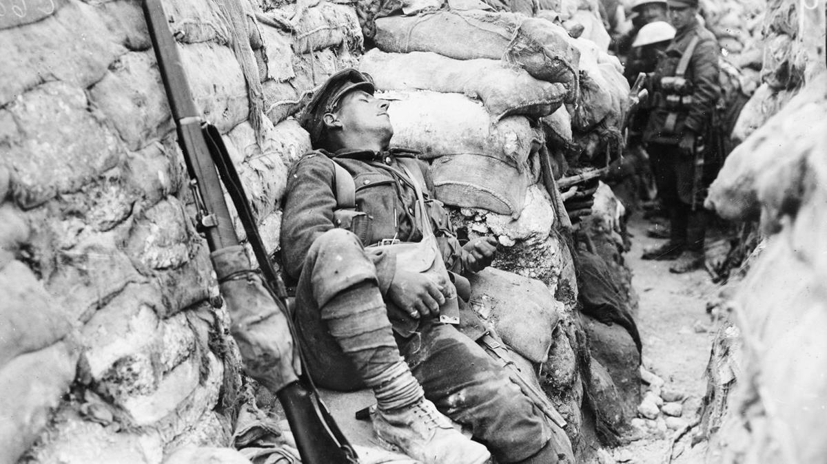 Un soldado francés duerme en una trinchera en la primera guerra mundial.