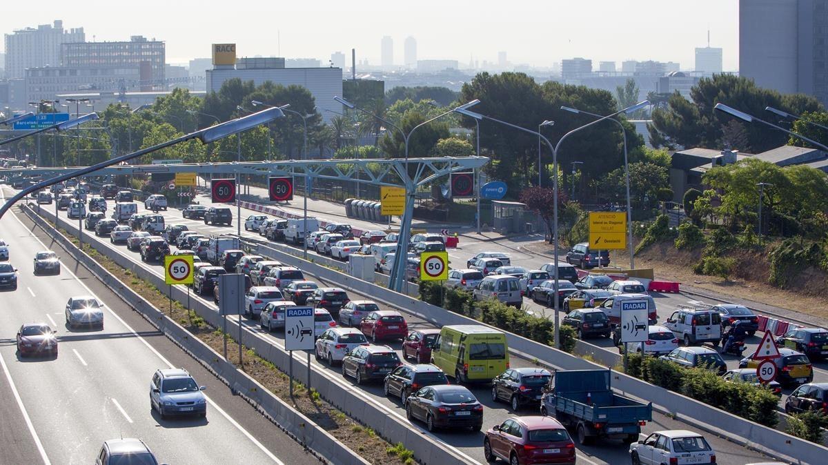 Atasco de coches a la entrada en la ciudad de Barcelona