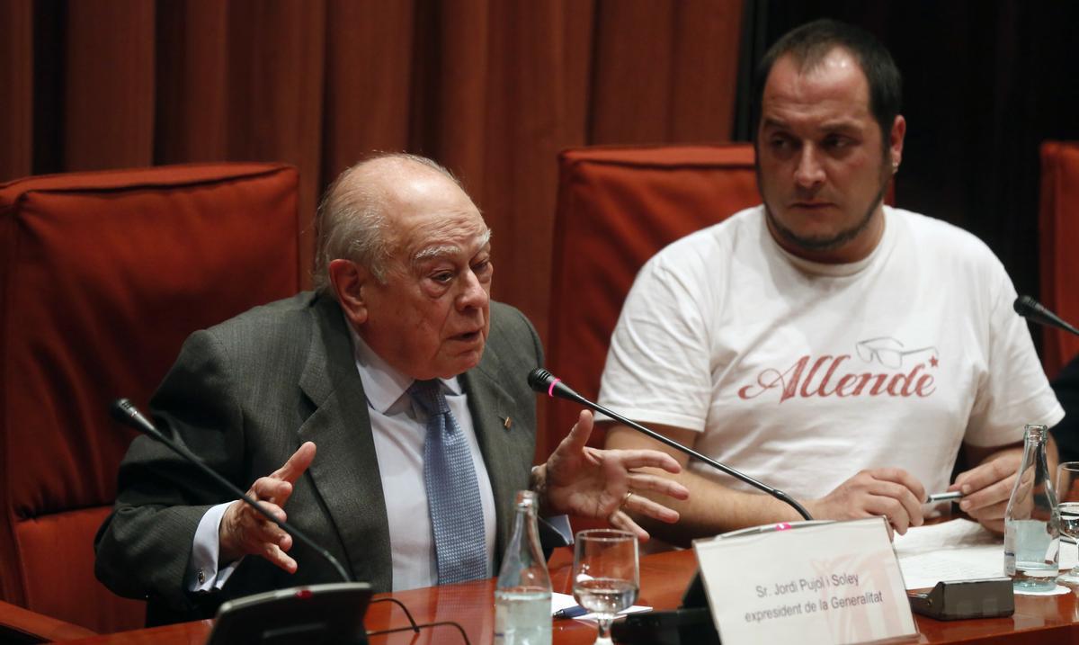 2015 / El expresident de la Generalitat junto a David Fernández en el Parlament.