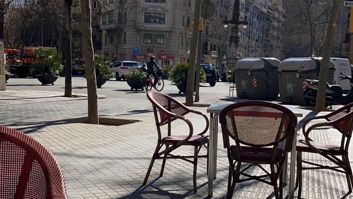 Terraza vacía en un bar en Barcelona.