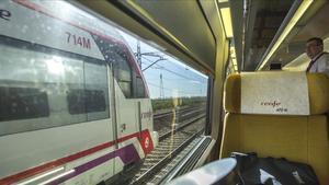 Momento del adelantamiento del AVE por parte de un Cercanías, el 22 de enero, en el trayecto inaugural de la línea Madrid-Castellón.