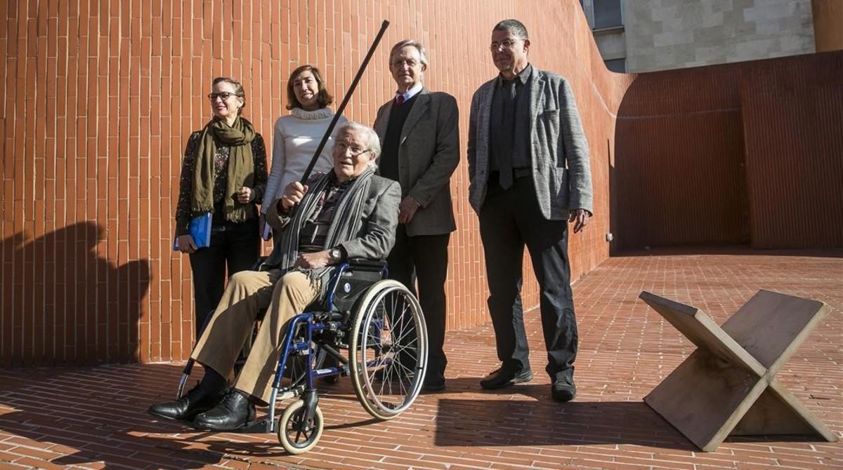 Oriol Bohigas, en silla de ruedas, ante Lina Vilá, Pati Nuñez, Helio Piñón y Jordi Ros, en la zona de la Escola Tècnica Superior d'Arquitectura de Barcelona ampliada por Coderch.