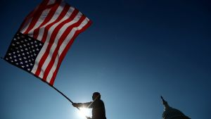 Un ciudadano ondeando la bandera de Estados Unidos