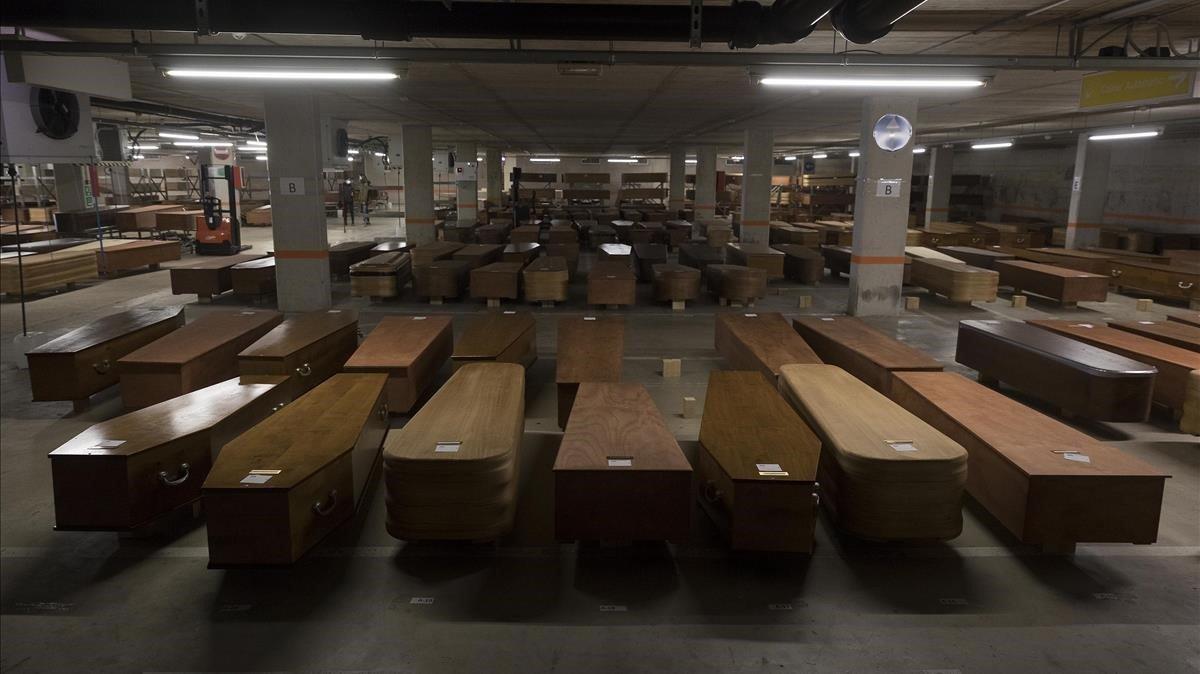 Ataúdes en el aparcamiento del tanatorio de Collserola, el pasado 16 de abril, convertido en morgue improvisada ante el colapso de la incineradora y de otros servicios funerarios.
