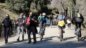 Bicis y caminantes comparten espacio en una de las pistas que enlaza la carretera de las Aigües y el Tibidabo
