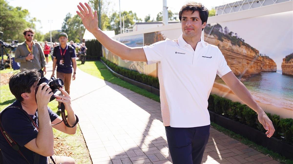 Carlos Sainz llega al circuito de Melbourne (Australia).