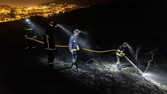 Los bomberos han trabajado toda la noche en el incendio de Collserola