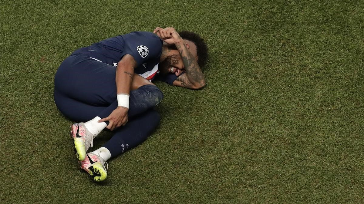 Neymar, tendido en el césped durante la final de Lisboa.