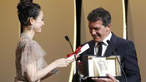 Antonio Banderas recibe el premio al mejor actor de Cannes.