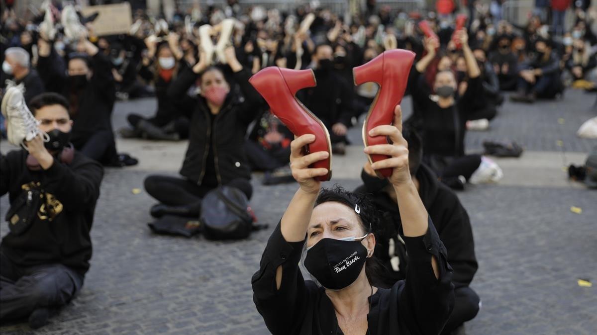 En un momento de la manifestación, los bailarines mostraronsu disconformidad con la Generalitat en la plaza Sant Jaume utilizando sus zapatos de baile.