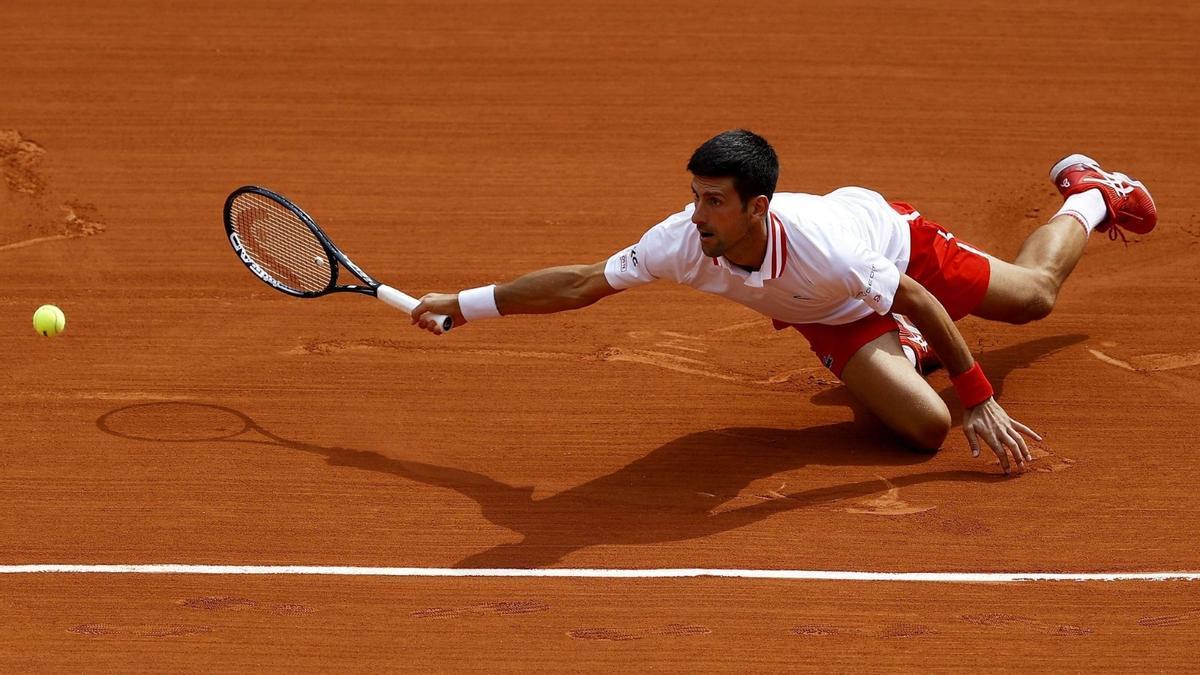 Djokovic se lanza al suelo para volear.