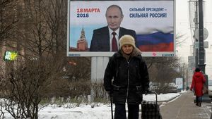 Una mujer pasa ante un espacio publicitario con la imagen de Putin y la leyenda 'Un presidente fuerte es un país fuerte', en San Petersburgo, el 12 de enero.