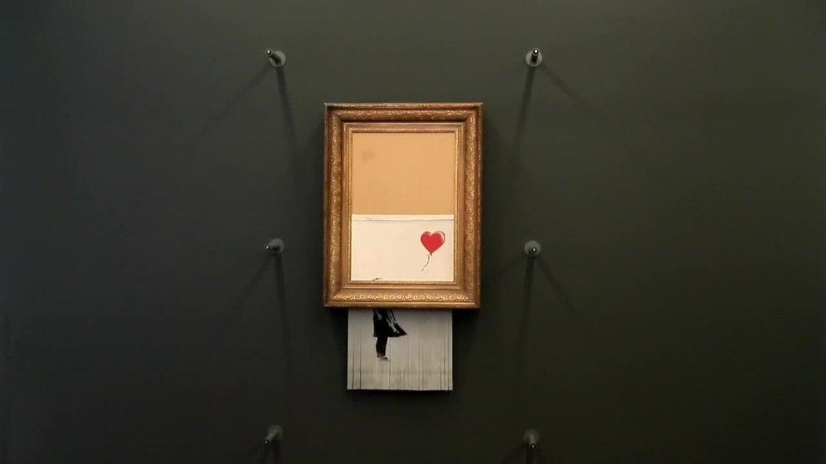 La obra El amor está en la basura del artista británico Banksy, destruida en parte durante una subasta en Londres el pasado 5 de octubre, cuelga desde hoy de las paredes del Museo Frieder Burda, en Baden-Baden.