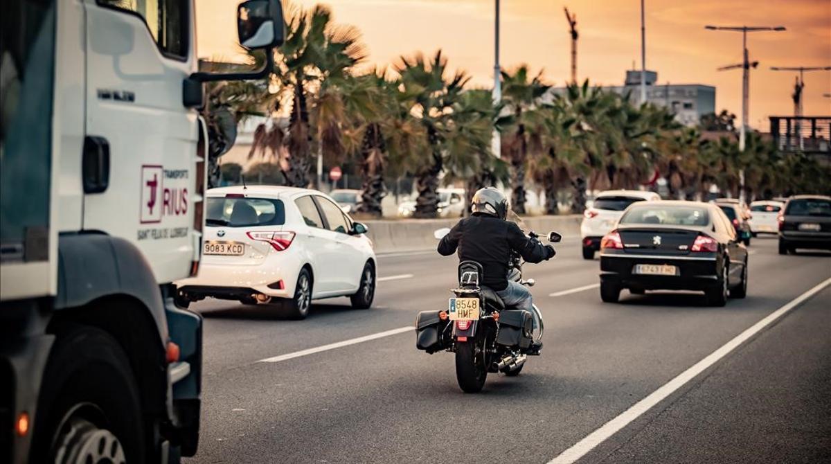 Una moto circula por la Ronda Litoral de Barcelona.