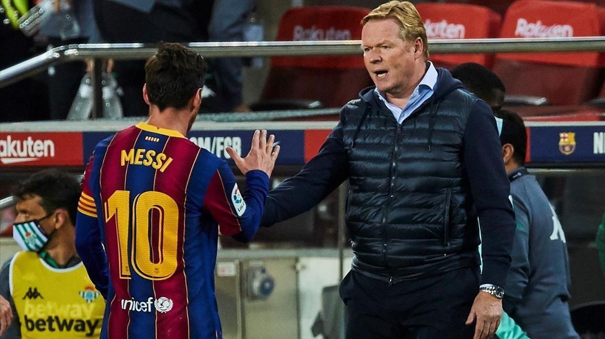 Koeman saluda a Messi al final del partido en el Camp Nou.