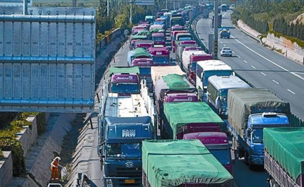 Vista de la interminable cola de camiones en la autopista.