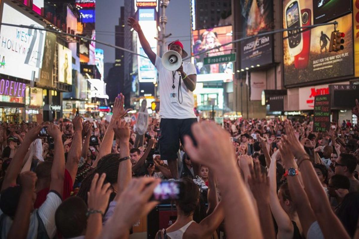 Cientos de personas protestan por la absolución de Zimmerman, el domingo en Times Square, en Nueva York.