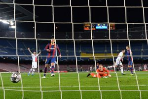 Ter Stegen observa uno de los goles del Paris SG en el Camp Nou.