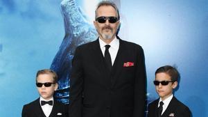 Miguel Bosé posa amb dos dels seus fills, els tres amb faldilles