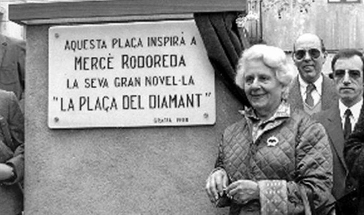 Rodoreda, ante la placa que le dedicó Gràcia en la plaza del Diamant.