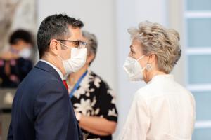 El ministro de la Presidencia, Félix Bolaños, charla con la directora del Departamento de Seguridad, la comisaria principal María Marcos, este 28 de julio en la toma de posesión de altos cargos de la Moncloa.