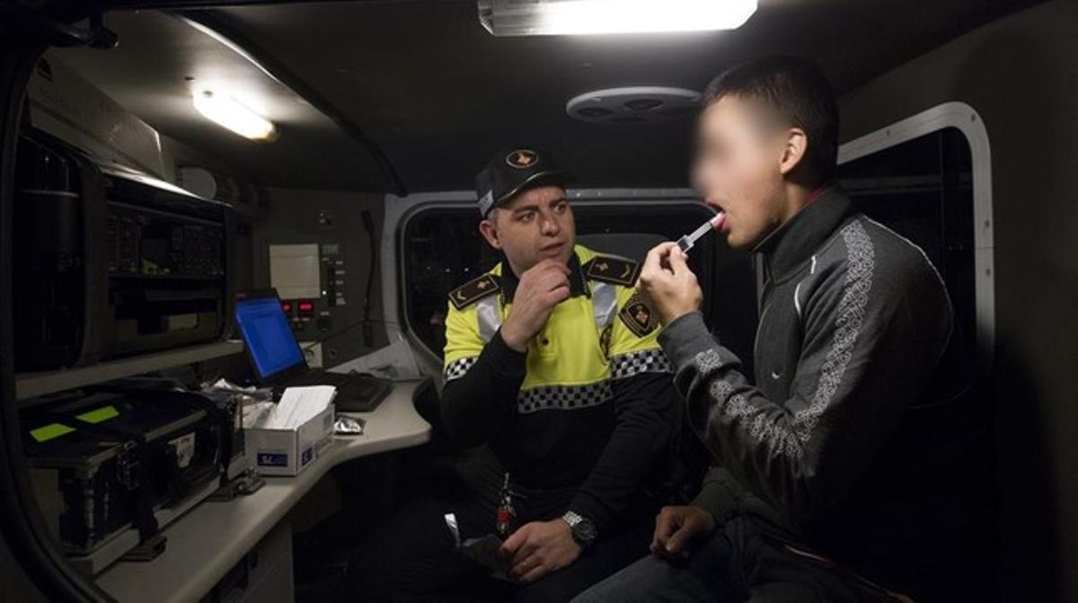 Un control de drogas y alcoholemia efectuado por la Guardia Urbana enBarcelona.