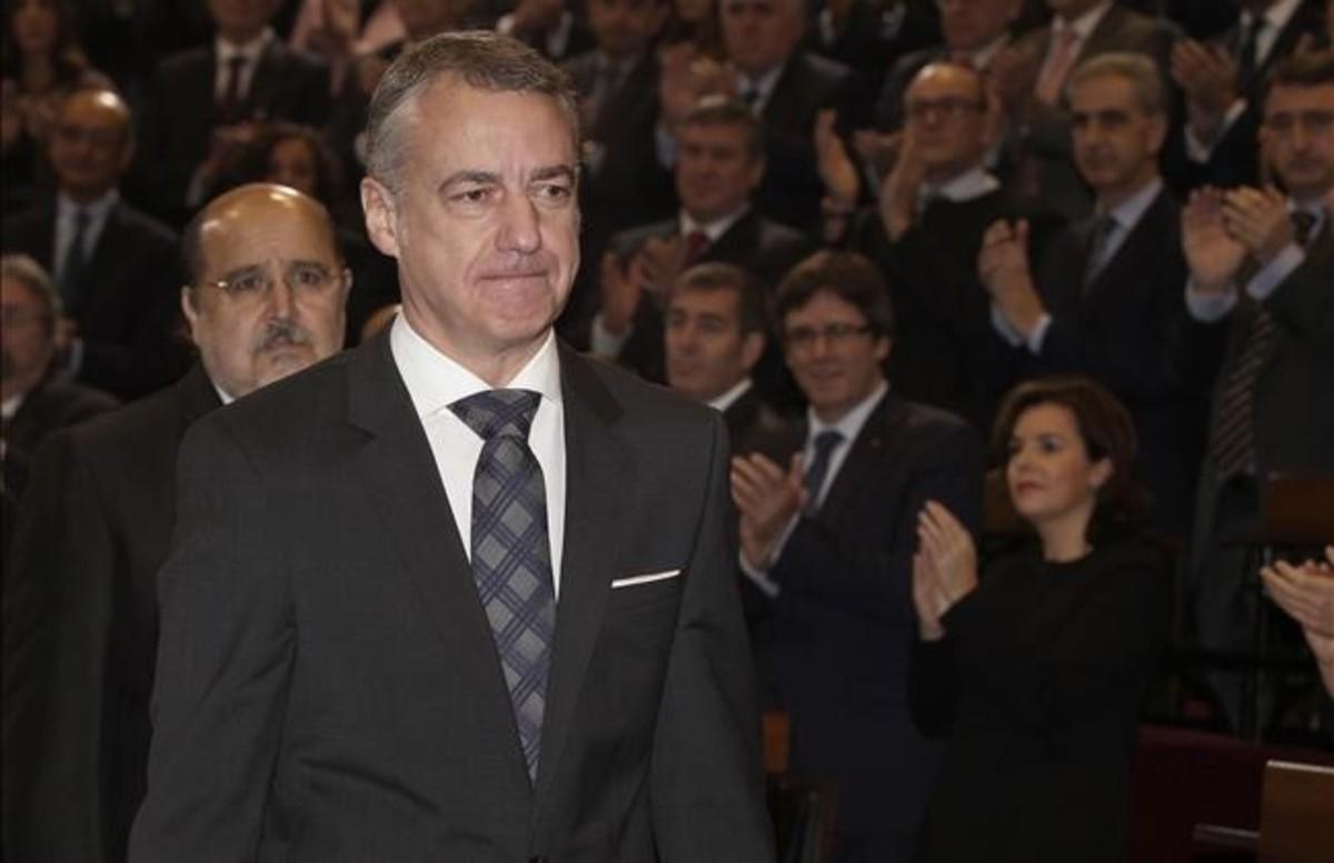 El lendakari Urkullu, con Sáenz de Santamaría y Puigdemont al fondo, aplaudido tras tomar posesión del cargo.