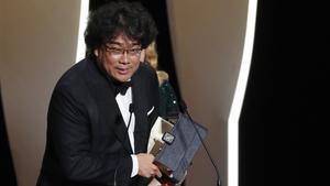 Bong Joon-ho recibe la Palma de Oro de Cannes.