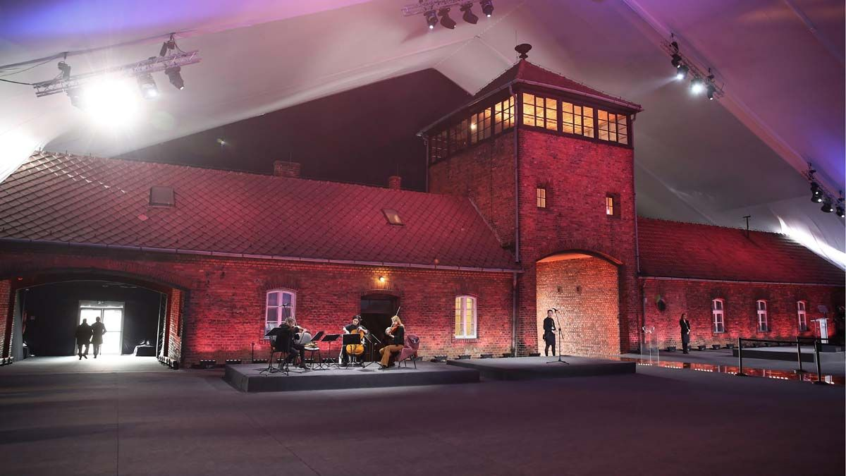 Supervivientes de Auschwitz regresaron al campo de exterminio donde sufrieron la barbarie de la Alemania Nazi.