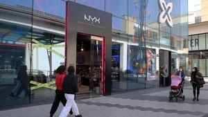 Vergés explica que Catalunya permitirá abrir los centros comerciales de lunes a viernes. Argimon dice que los datos, por ahora, son estables. En la foto, el centro comercial Glòries.