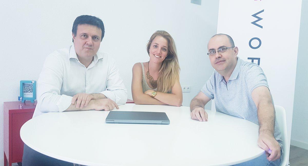 Amèlia Sampere, en el centro de la imagen, junto a los cofundadores Jordi Martí (izda.) y Lleonard del Río (dcha.).