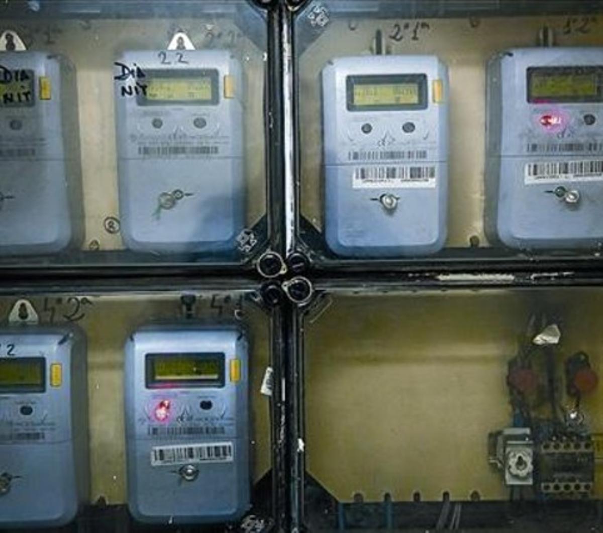 Contadores de electricidad en una comunidad de vecinos.