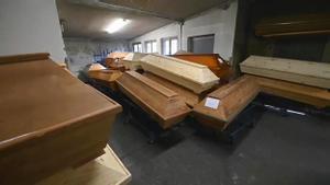 Féretros apilados en un crematorio de Alemania desbordado por el aumento de fallecimientos con covid-19.