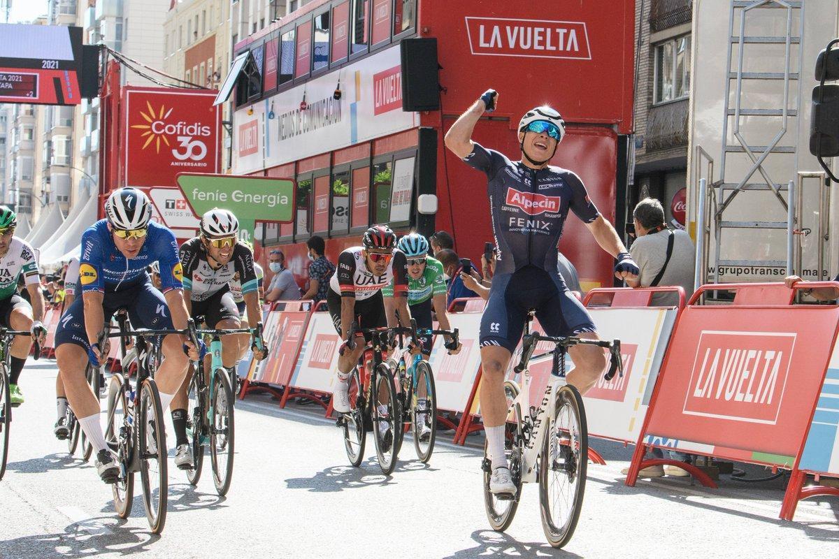 Jasper Philipsen celebra la victoria al esprint en Burgos.