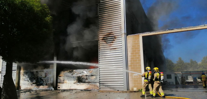 Incendi en una nau industrial de Castelldefels que acull un basar xinès