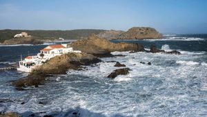 Menorca, incomunicada por mar a causa del fuerte temporal. En la foto, imagen de cala Sa Mesquida.